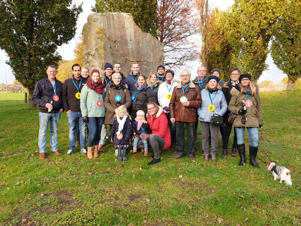 Gruppenfoto der Friedenstraße auf grüner Wiese vor einem Felsen